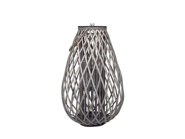 Lanterne i flett (største) 4 - Høyde: 70cm Diameter: 45cm Glass størrelse: Høyde: 21cm Diameter: 13,5 cm Farge: Natur Materiale: Pil og glass