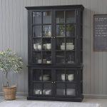 Stort, svart vitrineskap med 4 dører og hyller
