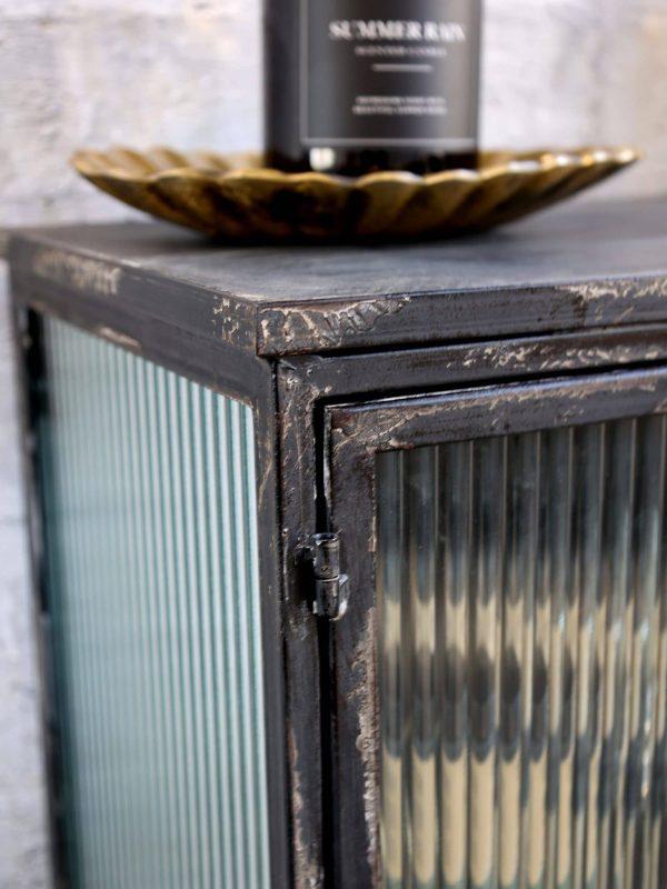 Vitrine skjenk med rillet glassdører 6 - 5900kr Høyde: 87,5 cm Lengde: 117cm Bredde: 34 cm Farge: Antikk sort Materiale: Jern og glass Ta kontakt for leveringstid og fraktpriser