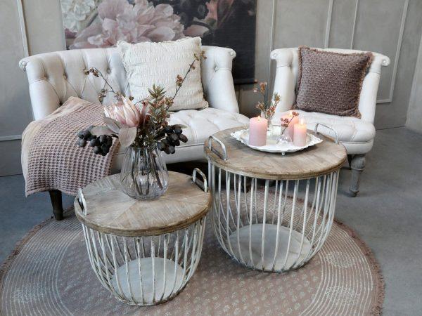 Hvite sofabord med trelokk, sett av 2 (Gratis frakt) 3 - Stort bord: Høyde: 48cm og Diameter: 57 cm Lite bord: Høyde: 38cm og Diameter: 49 cm Farge: Antikk hvit Materiale: Jern og cypress tre