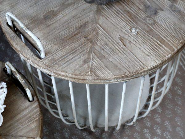 Hvite sofabord med trelokk, sett av 2 (Gratis frakt) 6 - Stort bord: Høyde: 48cm og Diameter: 57 cm Lite bord: Høyde: 38cm og Diameter: 49 cm Farge: Antikk hvit Materiale: Jern og cypress tre