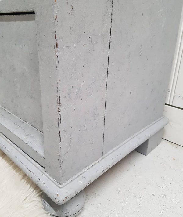 Stilig kommode 4 - En gammel kommode som jeg har kalkmalt med svamp. Jeg har brukt fargene Concrete Jungel, Whipped Cream og Slate.