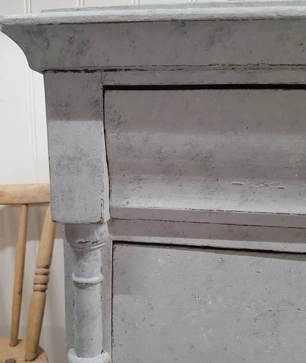 Stilig kommode 6 - En gammel kommode som jeg har kalkmalt med svamp. Jeg har brukt fargene Concrete Jungel, Whipped Cream og Slate.