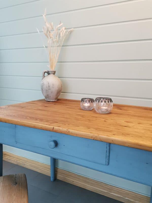 Sjarmerende bord 5 - Et gammelt sjarmerende bord som jeg har malt i fargen Baby Blue. Jeg har hatt på svart voks for og få det til å se gammelt ut. Bordplaten er pusset ned og oljet. Høyde: 73cm Lengde: 96cm Dybde: 65cm PRIS: 1900kr
