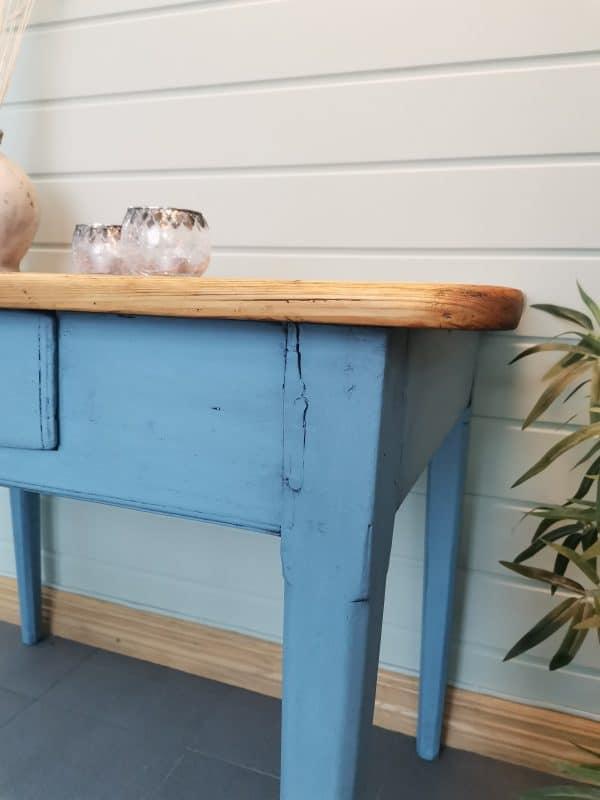 Sjarmerende bord 6 - Et gammelt sjarmerende bord som jeg har malt i fargen Baby Blue. Jeg har hatt på svart voks for og få det til å se gammelt ut. Bordplaten er pusset ned og oljet. Høyde: 73cm Lengde: 96cm Dybde: 65cm PRIS: 1900kr