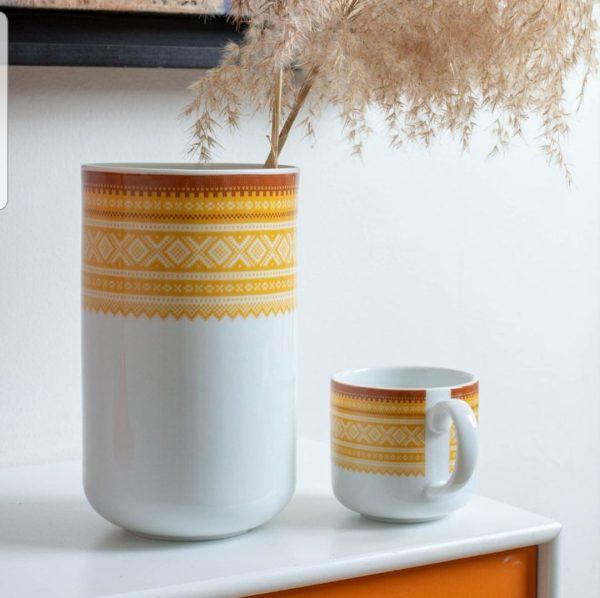 Marius Vase 20cm GUL 1 - Porsgrunds Porselænsfabrik introduserer mugger og vaser for hverdagsbruk som det siste tilskuddet til Marius®-serien Det tradisjonelle Mariusmønsteret er her kombinert med en moderne form, som kan ha mange ulike bruksområder ... til blomster, kjøkkenredskaper, spagetti ... hva du vil. MARIUS® mønsteret fra 1953 er vårt mest strikkede mønster og regnes som et norsk designikon.