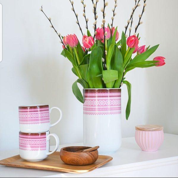 Marius Vase 20cm ROSA 2 - Porsgrunds Porselænsfabrik introduserer mugger og vaser for hverdagsbruk som det siste tilskuddet til Marius®-serien Det tradisjonelle Mariusmønsteret er her kombinert med en moderne form, som kan ha mange ulike bruksområder ... til blomster, kjøkkenredskaper, spagetti ... hva du vil. MARIUS® mønsteret fra 1953 er vårt mest strikkede mønster og regnes som et norsk designikon.