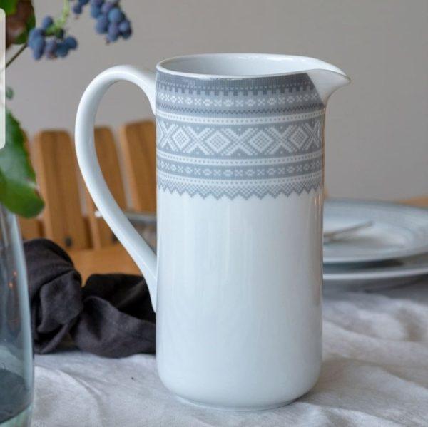Marius Mugge 1L GRÅ 2 - Porsgrunds Porselænsfabrik introduserer mugger og vaser for hverdagsbruk som det siste tilskuddet til Marius®-serien Det tradisjonelle Mariusmønsteret er her kombinert med en moderne form, som kan ha mange ulike bruksområder ... til blomster, kjøkkenredskaper, spagetti ... hva du vil. MARIUS® mønsteret fra 1953 er vårt mest strikkede mønster og regnes som et norsk designikon.