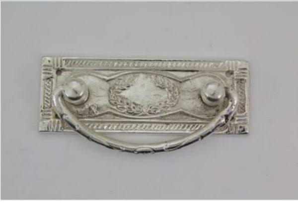 Firkantet sølvhåndtak uten nøkkelhull 3 - Håndtak i sølv. Mål: 90x32 mm. Skruer følger med. Nr : 27s