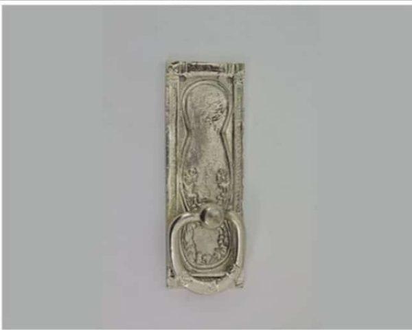 Loddrett, firkantet sølvhåndtak uten nøkkelhull 3 - Loddrett håndtak i sølv. Mål: 32x90 mm. Skruer følger med. Nr: 35s
