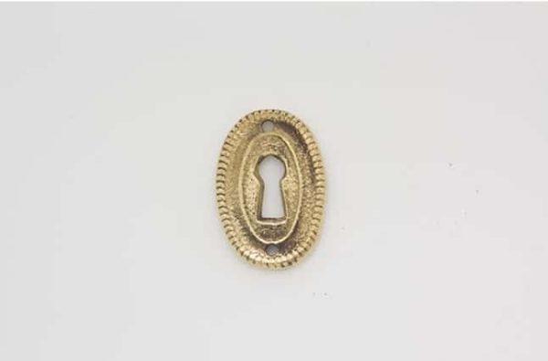 Liten, loddrett nøkkelhullsplate 3 - Nøkkelhullsplate i messing. Høyde: 34mm Bredde: 24 mm. Skruer følger med. Nr 017