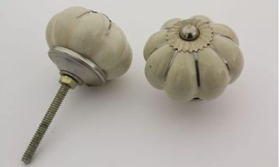 Stor beige porselensknott med sølvriller